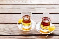 两个杯子在一张桌上的传统土耳其茶在一个街道咖啡馆在伊斯坦布尔,土耳其 免版税库存图片