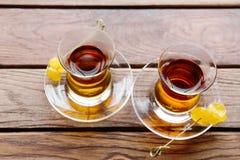 两个杯子在一张桌上的传统土耳其茶在一个街道咖啡馆在伊斯坦布尔,土耳其 库存照片