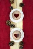 两个杯子在冬天背景的热的饮料 概念 免版税库存图片