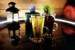 两个杯子在桌上的茶与果子切片和姜 库存图片