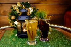 两个杯子在桌上的茶与果子切片和姜 免版税库存照片