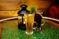 两个杯子在桌上的茶与果子切片和姜 免版税图库摄影