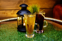 两个杯子在桌上的茶与果子切片和姜 库存照片