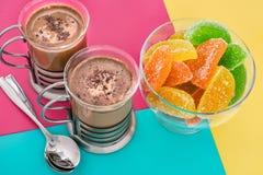 两个杯子新鲜的咖啡和橘子果酱 库存图片