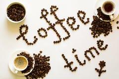 两个杯子浓咖啡和咖啡时间从在白色ta的豆发短信 图库摄影