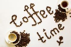 两个杯子浓咖啡和咖啡时间从在白色ta的豆发短信 库存照片