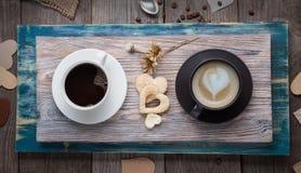 两个杯子浓咖啡和热奶咖啡在桌上在葡萄酒Val 库存图片