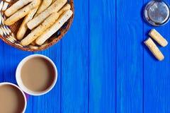 两个杯子热奶咖啡和意大利面包棍子grissini在土气服务 免版税库存照片