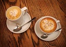 两个杯子热奶咖啡和拿铁 免版税库存图片