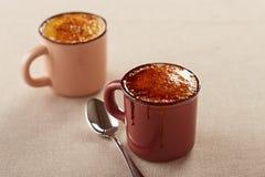 两个杯子焦糖奶油 免版税库存照片