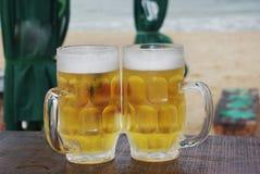 两个杯子特写镜头冰冷和满身是汗的啤酒,在安静中 库存照片