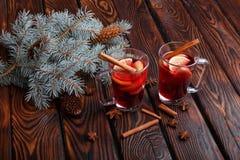 两个杯子红色茶用健康柠檬和香料在桌背景 自创医疗茶 美丽的概念礼服女孩纵向佩带的空白冬天 免版税库存照片