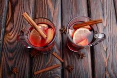 两个杯子红色茶用健康柠檬和香料在桌背景 自创医疗茶 库存照片