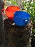 两个杯子:红色和蓝色 图库摄影