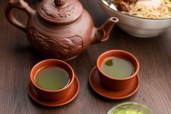 两个杯子matcha茶在餐馆 免版税库存图片
