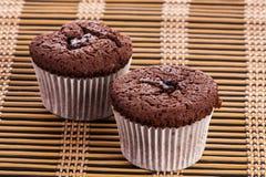 两个杯形蛋糕巧克力松饼 免版税库存照片