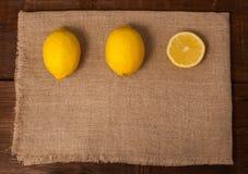 两个柠檬和切片 免版税库存图片