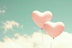 两个桃红色心形的气球 免版税库存照片