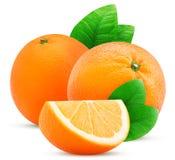 两个桔子果子和切片与叶子 免版税库存照片