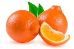 两个桔子蜜桔或Mineola与在白色背景和叶子隔绝的切片 免版税库存照片