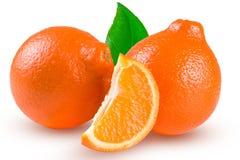 两个桔子蜜桔或Mineola与在白色背景和叶子隔绝的切片 图库摄影