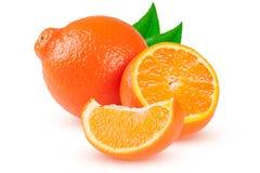 两个桔子蜜桔或Mineola与在白色背景和叶子隔绝的切片 免版税图库摄影