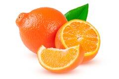 两个桔子蜜桔或Mineola与在白色背景和叶子隔绝的切片 库存照片
