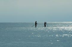 两个桨房客剪影  免版税库存照片