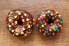 两个棕色油炸圈饼 免版税库存图片
