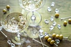 两个橄榄色的马蒂尼鸡尾酒鸡尾酒 库存图片