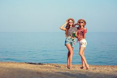 两个欧洲女孩获得乐趣在海滩的夏天 免版税图库摄影