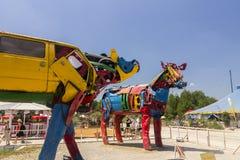 两个母牛雕塑照片从老汽车的在著名供选择的(夏天) Tollwood节日分开 图库摄影