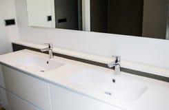 两个水槽在卫生间里 免版税库存照片