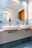 两个水槽在蓝色卫生间里 免版税库存图片