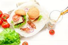 两个汉堡服务与杯在白色桌上的可乐苏打 免版税图库摄影