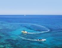 两个汽艇浮游物 钓鱼地中海净海运金枪鱼的偏差 库存照片