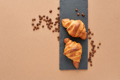 两个法国新月形面包早餐用咖啡豆 免版税库存图片