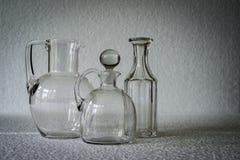 两个清楚的玻璃投手和瓶 图库摄影