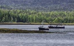 两个渔船在离阿拉斯加的海岸的附近 库存图片