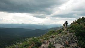 两个游人在山的一串足迹去 影视素材