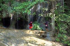 两个游人在泰国的北碧省的佐井Yok瀑布附近被拍摄 免版税库存图片