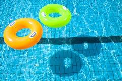 两个游泳池圆环 库存照片
