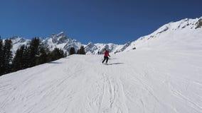 两个滑雪者雕刻在山坡的妇女滑雪样式近一起 股票录像