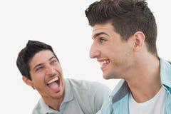 两个激动的足球迷侧视图  免版税图库摄影