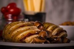 两个烤土豆用荷兰扁圆形干酪和蒜味咸腊肠 库存图片