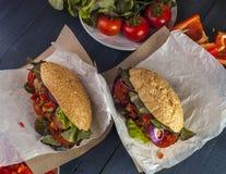 两个热狗用香肠、莴苣和菜 库存照片