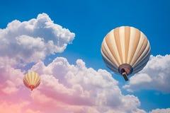 两个热空气气球有多云蓝天背景 库存图片
