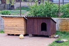两个犬小屋摊在围场 免版税库存图片