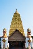 两个狮子卫兵雕象在Wang Wiwekaram泰国寺庙, Sangklabur 免版税库存照片