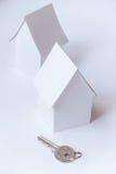 两个玩具房子和一把钥匙在白色背景 免版税库存图片